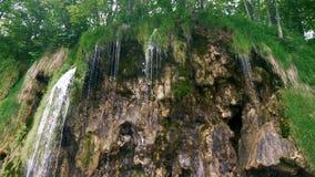 Wasserfall auf den Felsen stock video