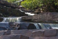 Wasserfall auf den großen Felsen Stockbilder