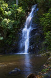Wasserfall auf der Insel lizenzfreie stockfotos