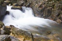 Wasserfall auf der Regenzeit stockbild