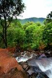Wasserfall auf Dschungel Lizenzfreies Stockfoto