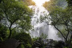 Wasserfall auf einen Felsen in Thailand stockfoto