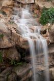 Wasserfall auf felsiger Leiste Lizenzfreies Stockbild
