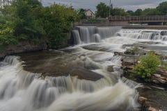 Wasserfall auf Fluss stockfoto