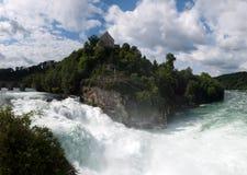 Wasserfall auf Fluss Stockfotografie
