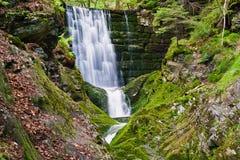 Wasserfall auf Fluss Lizenzfreie Stockfotografie