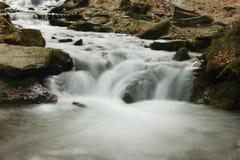 Wasserfall auf Fluss Stockfotos