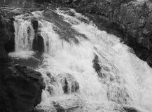 Wasserfall auf Fluss stockbild