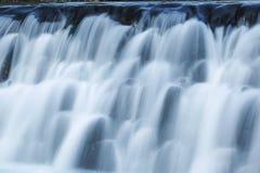 Wasserfall auf Gebirgsfluß Lizenzfreie Stockbilder