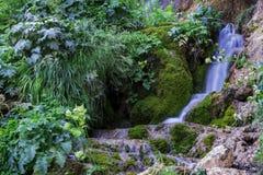 Wasserfall auf Gebirgsfluss Stockfoto