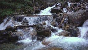 Wasserfall auf Gebirgsfluss mit Felsen stock video