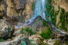 Wasserfall auf in hohem Grade strukturiertem Felsen und Moos Lizenzfreies Stockbild