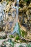 Wasserfall auf in hohem Grade strukturiertem Felsen und Moos Lizenzfreie Stockbilder