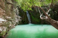 Wasserfall auf schönem Gebirgssee Stockfotografie