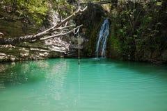 Wasserfall auf schönem Gebirgssee Lizenzfreies Stockbild
