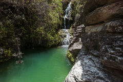 Wasserfall auf schönem Gebirgssee Lizenzfreie Stockbilder