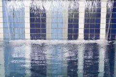 Wasserfall auf Swimmingpool Lizenzfreie Stockfotos