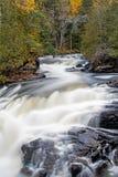 Wasserfall auf York-Fluss im Herbst stockfotografie