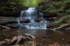 Wasserfall bei Ricketts Glen State Park im Herbst Stockfoto