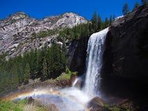 Wasserfall bekannt als der frühlingshafte Fall, der auf eine glatte Wand des Granits fällt Stockfotos