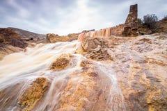 Wasserfall in Bergbaubereich Riotinto, Andalusien, Spanien Lizenzfreie Stockfotos