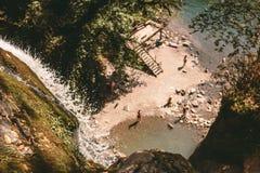 Wasserfall in den Bergen Lizenzfreie Stockfotos