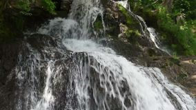 Wasserfall in den Bergen stock video
