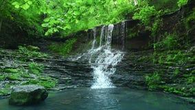 Wasserfall in den Bergen stock footage