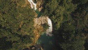 Wasserfall in den Bergen stock video footage