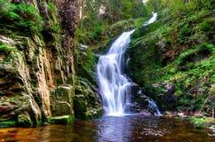 Wasserfall in den Bergen Lizenzfreies Stockbild