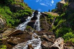 Wasserfall in den Bergen Bewölkter Himmel stockfotografie
