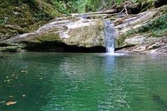 Wasserfall in den Bergen des Kaukasus Lizenzfreie Stockbilder