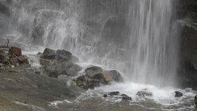 Wasserfall in den Bergen von Georgia Wasser, das über Felsen nahe Tiflis fließt stock footage