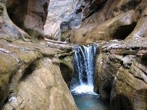 Wasserfall in den Engen Stockfotografie