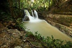 Wasserfall an den Fällen Mag-aso, Philippinen lizenzfreies stockfoto