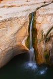 Wasserfall in den Felsen Lizenzfreie Stockfotos