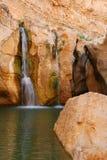 Wasserfall in den Felsen Lizenzfreie Stockbilder