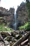 Wasserfall in den felsigen Bergen Stockfotos