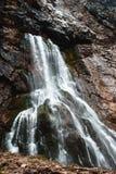 Wasserfall in den felsigen Bergen von Abchasien stockbild