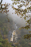 Wasserfall in den Himalaja-Bergen Lizenzfreies Stockfoto