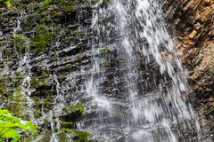 Wasserfall in den Karpatenbergen Stockbild