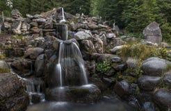 Wasserfall in den mountins Stockfotografie