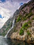 Wasserfall in den norwegischen Fjorden Stockbilder