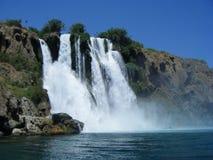 Wasserfall in den Ozean stockbilder