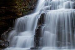 Wasserfall in den Wald Lizenzfreie Stockbilder