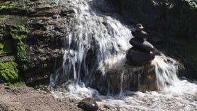 Wasserfall, der über Felsen fließt stock video footage