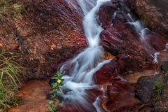 Wasserfall, der über Felsen fließt Lizenzfreie Stockfotos