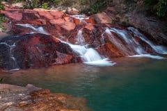 Wasserfall, der über Felsen fließt Stockbild