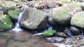 Wasserfall, der über Felsen fließt Lizenzfreie Stockfotografie