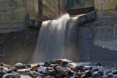 Wasserfall, der aus ein Vorklärbecken in der österreichischen Belichtung der langen Zeit der Alpen herauskommt Stockfotos